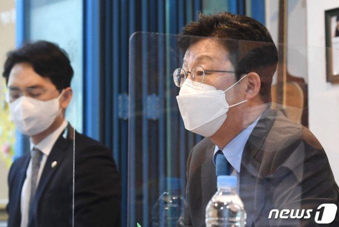국민의힘 대권주자인 유승민 전 의원이 14일 오후 서울 서초구 푸른나무재단을 방문해 청소년 폭력 관련 정책 방안을 논의하고 있다. /사진=뉴스1