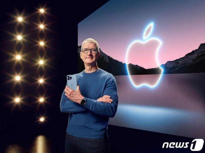 (로이터=뉴스1) 김진환 기자 = 팀 쿡 애플 CEO가 14일(현지시간) 캘리포니아 쿠퍼티노 애플파크에서 스페셜 애플 이벤트를 통해 아이폰13 프로 맥스와 애플워치 7를 공개하고 있다.   애플은 이날 온라인 행사를 통해 Δ아이폰13 미니 Δ아이폰13 Δ아이폰13 프로 Δ아이폰13 프로 맥스 등 총 4가지로 구성된 아이폰13 시리즈와 9세대 아이패드, 6세대 아이패드 미니, 애플워치 시리즈7 등을 선보였다. 가격은 아이폰13 799달러(약 94만원), 아이폰13 미니 699달러, 아이폰13 프로 999달러, 아이폰 13 프로 맥스 1099달러, 9세대 아이패드 329달러, 6세대 아이패드 미니 499달러, 애플워치 시리즈7 399달러 등이다. (C) 로이터=뉴스1