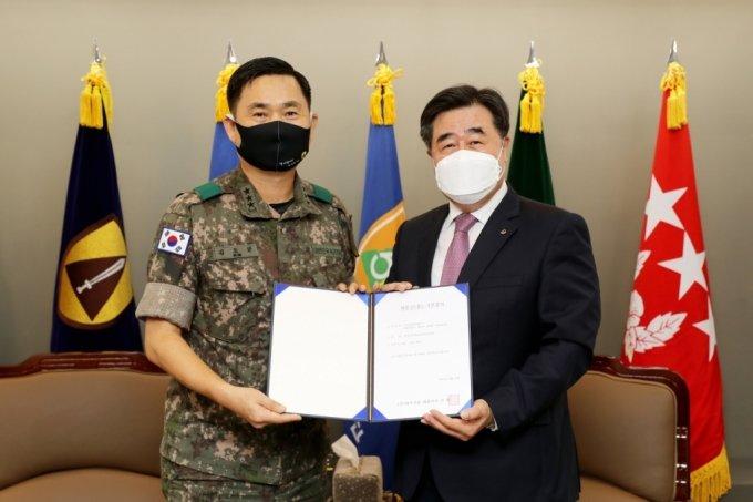 김형 대우건설 사업부문 대표이사(사진 오른쪽)이 지난 14일 수도방위사령부 본청을 방문해 위문금을 전달했다. /사진제공=대우건설
