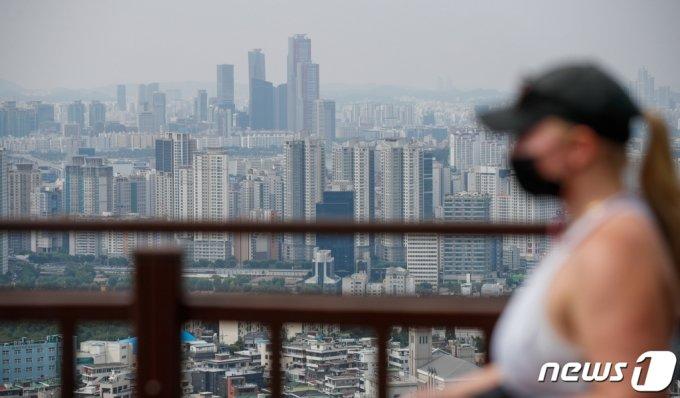 (서울=뉴스1) 안은나 기자 = 13일 서울 중구 남산에서 바라본 도심 아파트단지의 모습. 이날 한국부동산원의 주간 아파트 가격동향조사에 따르면, 9월 첫째주(6일 기준) 수도권 아파트값은 전주에 비해 0.40% 올랐다. 이로써 4주 연속으로 역대 최고 상승률이 유지됐다. 서울은 0.21%로 6주 연속 0.2%대의 높은 상승률을 기록했다. 2021.9.13/뉴스1
