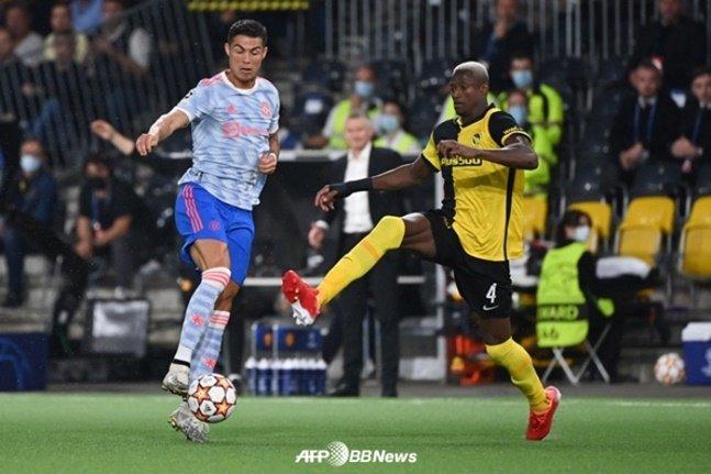 맨유 크리스티아누 호날두(왼쪽)와 영보이즈 모하메드 알리 카마라가 15일(한국시간) 경기에서 공을 다투고 있다. /AFPBBNews=뉴스1