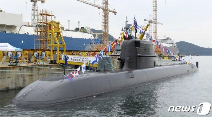 (서울=뉴스1) = 우리 기술로 독자 설계·건조한 3000톤급 해군 잠수함 1번함 '도산안창호함'(KSS-Ⅲ)이 13일 취역했다.  '도산안창호함'은 '장보고-Ⅲ(배치(Batch)-I)' 사업에 따라 개발된 길이 83.5m, 폭 9.6m의 중형 디젤잠수함으로서 수중 최대속력은 20노트(시속 37㎞), 탑승인원은 50여명이다. (해군본부 제공) 2021.8.13/뉴스1