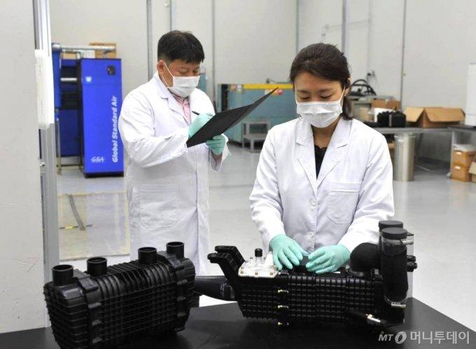 코오롱인더스트리 연구원들이 현대자동차의 차세대 수소연료전지 시스템에 공급되는 수분제어장치를 점검하고 있다.