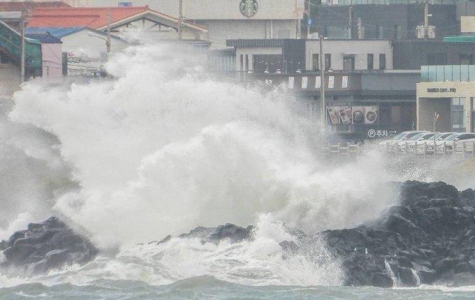 제14호 태풍 찬투(CHANTHU) 영향으로 제주 전역에 강풍특보가 내려진 15일 오전 제주 서귀포시 대정읍 상모리 해안가에 높은 파도가 몰아치고 있다.  / 뉴시스