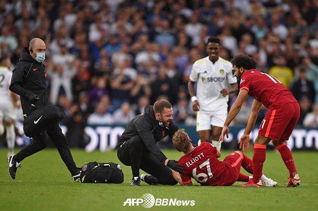 지난 13일 리즈 유나이티드와의 EPL 4라운드에서 상대의 태클 직후 고통을 호소하고 있는 리버풀 하비 엘리엇. /AFPBBNews=뉴스1