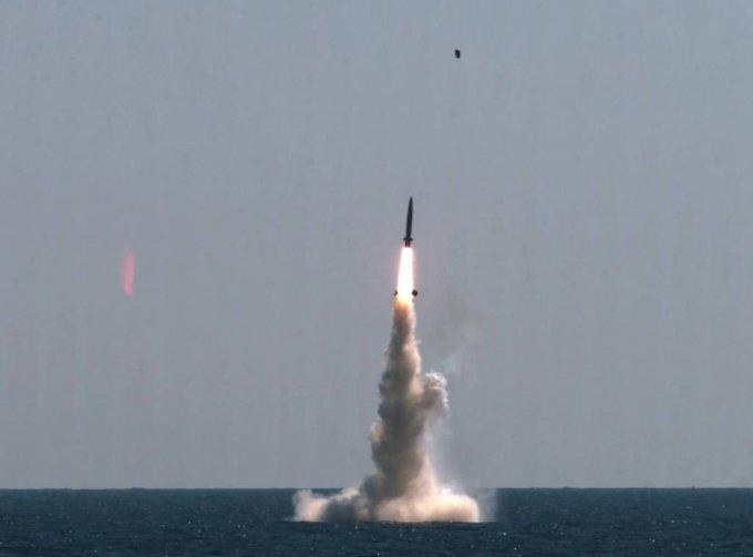 [서울=뉴시스] 조수정 기자 = 우리나라가 독자개발한 잠수함발사탄도미사일(SLBM·Submarine-Launched Ballistic Missile)의 최종 시험 발사에 성공했다고 국방과학연구소가 15일 밝혔다. 사진은 15일 오후 우리 군이 독자설계하고 건조한 최초 3000t급 잠수함인 도산안창호함에 탑재돼 수중에서 발사되고 있는 SLBM. 우리나라는 세계 7번째 SLBM 보유국이 됐다. (국방과학연구소 제공 영상 캡처) 2021.09.15. *재판매 및 DB 금지