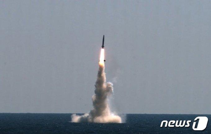 (서울=뉴스1) 이성철 기자 = 우리나라가 자체 개발한 잠수함발사탄도미사일(SLBM)의 잠수함 발사시험이 15일 국내 최초로 성공했다. 이날 악천후 속에서 실시된 SLBM의 잠수함 발사시험 성공은 세계 7번째다. 사진은 15일 SLBM 발사시험 모습. (국방부 제공) 2021.9.15/뉴스1