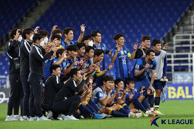 지난 14일 가와사키 프론탈레와의 AFC 챔피언스리그 16강전 승리 후 기념 사진을 촬영하고 있는 울산현대 선수들. /사진=한국프로축구연맹