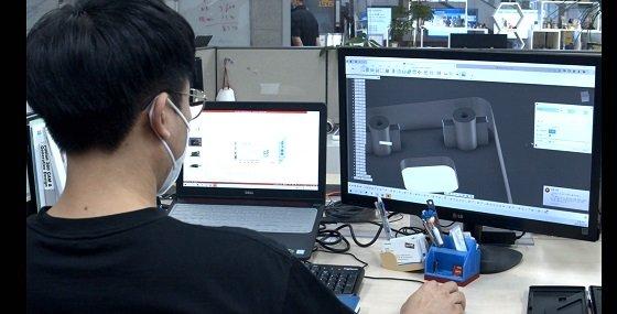 ETRI 연구진이 3D 프린팅을 위한 그래픽 디자인 작업을 진행하고 있는 모습/자료사진=ETRI