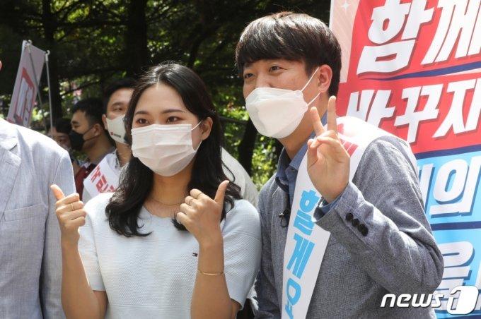 이준석 국민의힘 당대표가 15일 오후 충북대학교 중문에서 당원 가두모집 활동 중 학생들과 사진촬영을 하고 있다. /사진=뉴스1