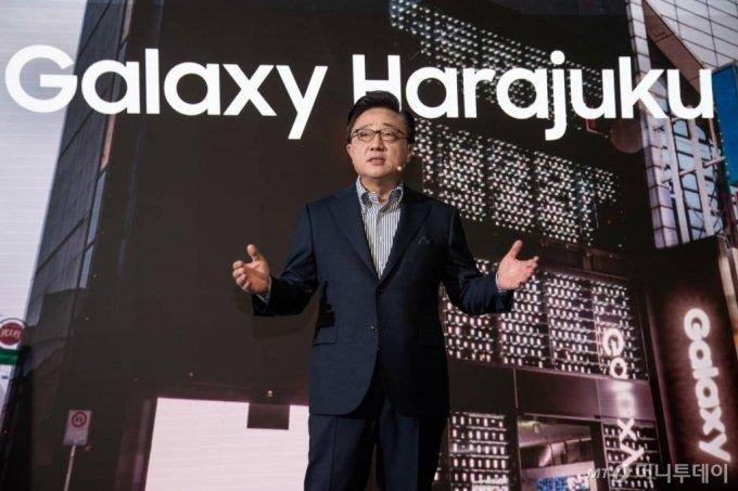 고동진 삼성전자 IM부문장 사장이 2019년 일본 도쿄에서 열린 '갤럭시 하라주쿠' 개관식에 참석해 인사말을 하고 있다.