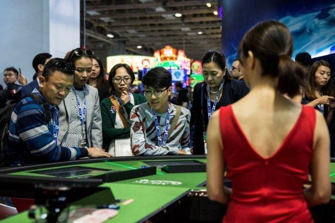 지난 2018년 마카오에서 열린 게임산업박락회.  참석자들이 카지노 게임을 들여다 보고 있다.  /사진=AFP통신