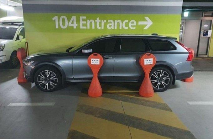 통행로에 차를 세운 뒤 차를 보호하기 위해 주차금지판으로 막아둔 차량 / 사진 출처=보배드림