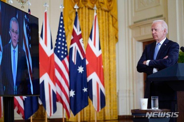 조 바이든 미국 대통령이 15일(현지시간) 백악관 이스트룸에서 스콧 모리슨 호주 총리, 보리스 존슨 영국 총리와 공동 화상 회의를 진행했다. 모리슨 총리의 연설을 듣고 있는 모습. /AP=뉴시스