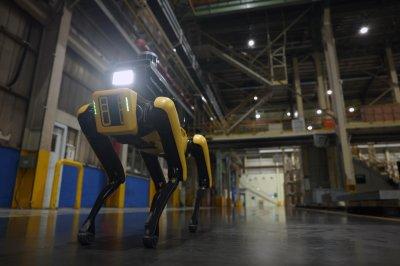 """""""어디 문 열린 곳 없나?"""" BTS와 춤춘 로봇개, 기아 공장 지킨다"""