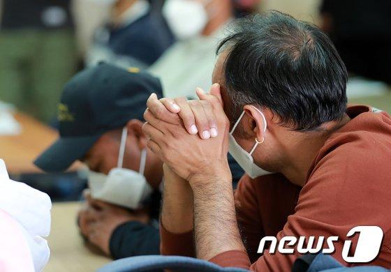 18일 오후 서울 중구 민주노총 대회의실에서 열린 고용허가제 이주노동자 강제노동 피해 증언대회에서 참석자들이 피해자의 증언을 듣고 있다.  /사진 = 뉴스1