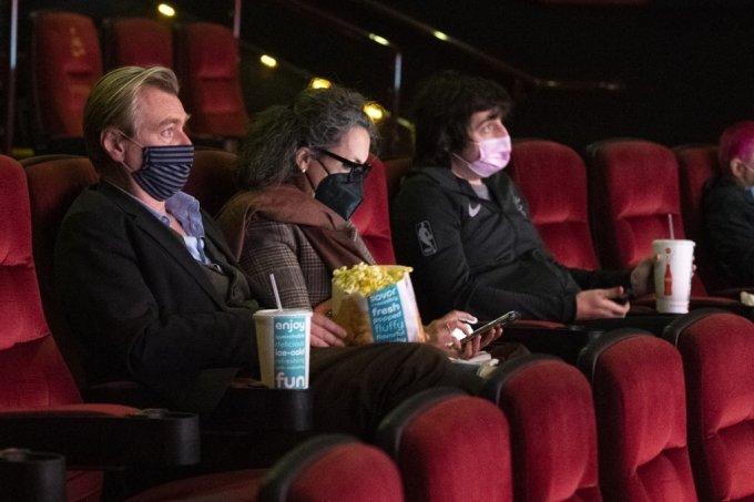 크리스토퍼 놀란 감독(왼쪽)이 영화관에서 영화 상영 시작을 기다리고 있다. /사진=AFP