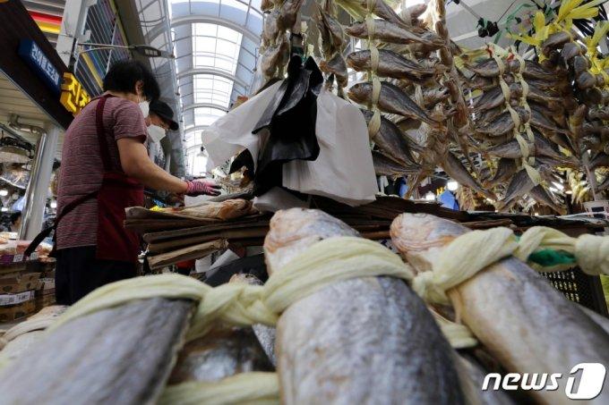 추석을 앞둔 지난 12일 서울 동대문구 경동시장을 찾은 시민들이 굴비 등 제수용품을 구매하고 있다. /사진=뉴스1