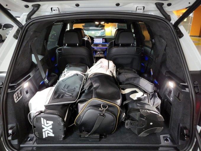 BMW X7 40i M spt 트렁크 모습. 골프백과 보스턴백이 들어가도 공간이 넉넉하다./사진=이강준 기자