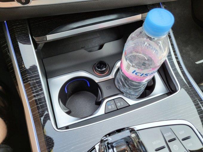 BMW X7 40i M spt 1열 컵홀더. 냉,온열 기능이 탑재됐다./사진=이강준 기자