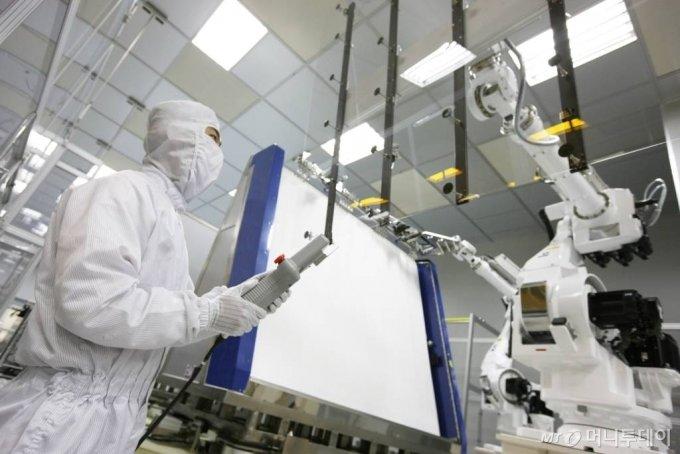 파주 LG디스플레이 공장에서 직원들이 액정표시장치(LCD)를 생산하고 있다./사진제공=LG디스플레이