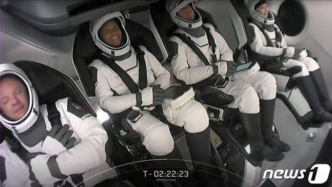 크루드래곤 우주선에 탑승한 민간인 우주관광객들. /AFP=뉴스1