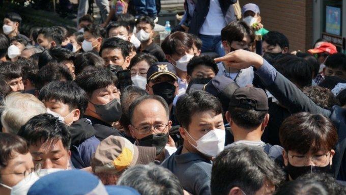 19일 유승민 전 의원이 박정희 전 대통령 생가 앞에서 우리공화당원 등과 대치하고 있다. /사진=유승민 캠프