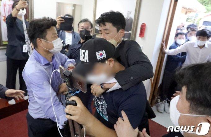 추석 연휴 이틀 째인 19일 유승민 국민의힘 대선 예비후보가 경북 구미 박정희 추모관을 찾아 참배하려 하자 유 후보를 공격하려 하는 한 유튜버를 관계자들이 제지하고 있다. /사진=뉴스1