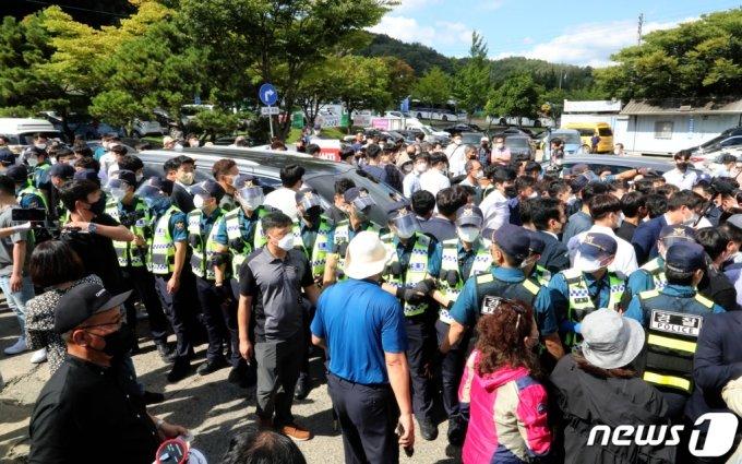 19일 경북 구미 박정희 추모관을 찾아 참배한 뒤  유승민 국민의힘 대선 예비후보가 차를 타고 떠나려 하자 일부 박근혜 지지자들이 차량앞을 막고 있다. /사진=뉴스1
