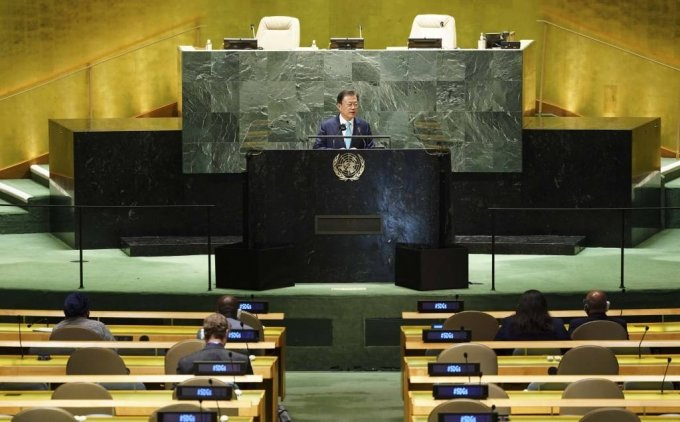[뉴욕=뉴시스] 김진아 기자 = 문재인 대통령이 20일(현지시간) 미국 뉴욕 유엔본부 총회장에서 열린 제2차 SDG Moment(지속가능발전목표 고위급회의) 개회식에서 그룹 BTS를 소개하고 있다. 2021.09.20.