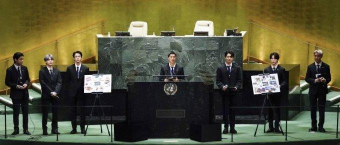 [뉴욕=뉴시스] 김진아 기자 = 그룹 BTS(방탄소년단)이 20일(현지시간) 미국 뉴욕 유엔본부 총회장에서 열린 제2차 SDG Moment(지속가능발전목표 고위급회의) 개회식에서 발언하고 있다. 왼쪽부터 뷔, 슈가, 진, RM, 정국, 지민, 제이홉.  2021.09.20.