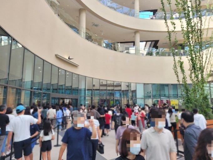 지난 20일 오후 3시쯤 경기 의왕시에 위치한 롯데프리미엄아울렛 타임빌라스 나이키 매장 앞에서 사람들이 줄을 서있다. /사진=박수현 기자