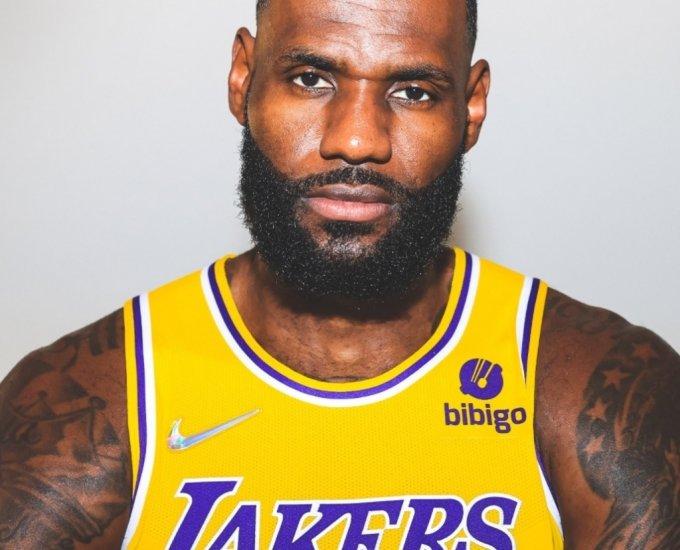 미국프로농구(NBA) LA레이커스 소속 르브론제임스가 비비고 패치광고가 붙은 유니폼을 입고 포즈를 취하고 있다./사진=LA레이커스 홈페이지