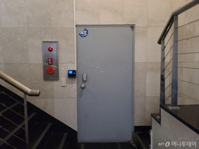 지난 23일 오후 2시쯤 장씨의 1인 레이블 '글리치드 컴퍼니' 사무실이 있는 것으로 알려진 서울 강남구 신사동 한 빌딩 지하에는 다른 기획사 연습실이 있었다. /사진 = 하수민 기자