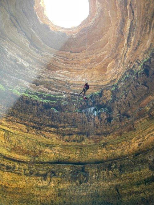 오만 국적의 동굴 탐사팀이 최근 '지옥의 우물'이라고 불리는 예멘의 한 동굴 내부를 탐사했다. /사진제공=AFP/뉴스1