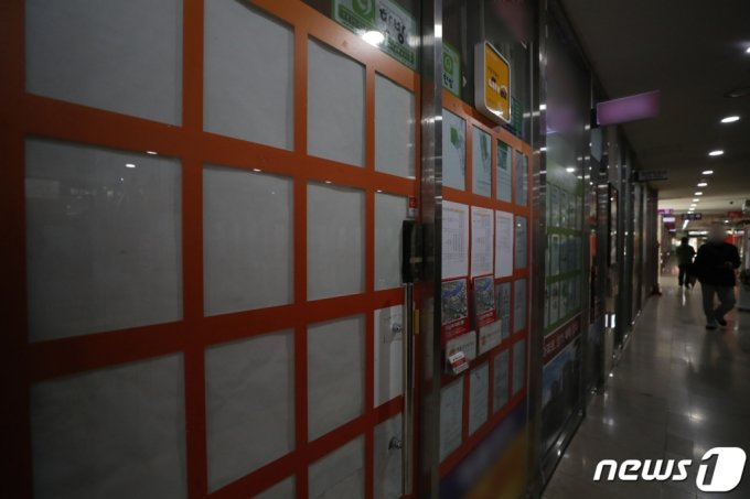 서울 시내 한 공인중개사무소에 앞에 매물 정보란이 대부분 비어있다. /사진제공=뉴스1