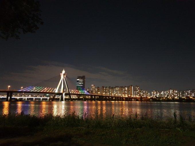 한밤중 한강변 달리기의 즐거움은 화려한 야경. 사진은 올림픽 대교와 광진구 아파트촌.