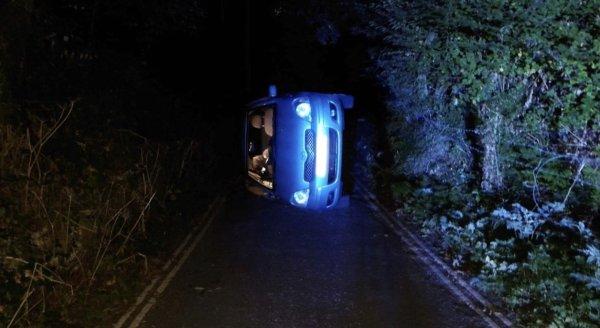 영국에서 성관계를 하던 커플이 타고 있던 차가 언덕에서 추락해 현지 경찰이 구조에 나섰다. /사진= 더비셔 경찰 트위터 캡처.