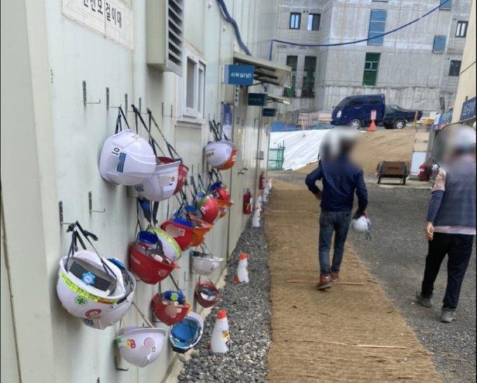 점심시간에 나란히 걸려 있는 노동자의 안전모들. 이름 석 자가 적혀 있다. 다 사람이 하는 일이라고./사진=남형도 기자