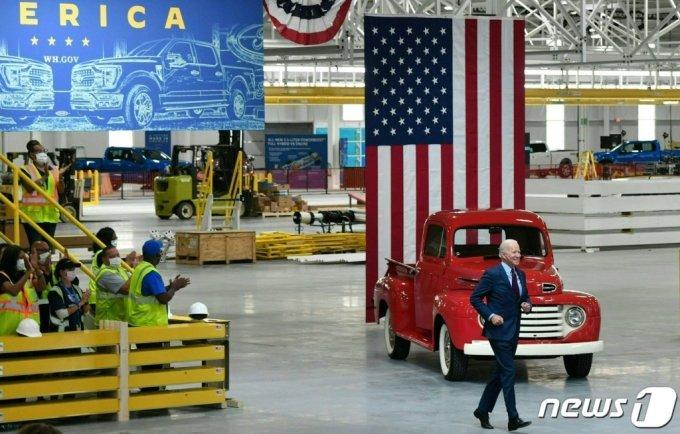 조 바이든 미국 대통령이 지난 5월18일(현지시간) 미시간주 디어본의 포드 전기차 공장을 방문했다. /AFP=뉴스1