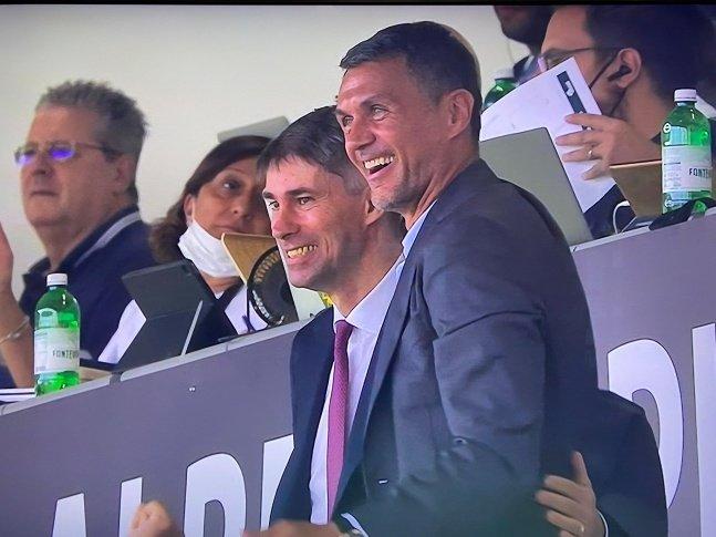 파올로 말디니(오른쪽)이 25일(한국시간) 디노 마누찌 스타디움에서 터진 둘째 아들 다니엘 말디니의 데뷔골을 보고 기뻐하고 있다./사진=파브리지오 로마노 공식 SNS 캡처