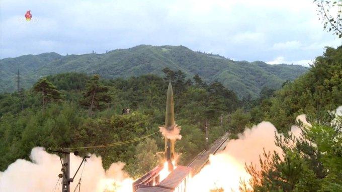 [서울=뉴시스] 북한이 철도미사일 기동연대를 조직한 뒤 검열사격훈련을 통해 열차에서 탄도미사일을 발사했다고 16일 조선중앙TV가 보도했다. 북한은 동해 800킬로미터 수역에 설정된 표적을 정확히 타격했다고 전했다. (사진=조선중앙TV 캡처) 2021.09.16. *재판매 및 DB 금지