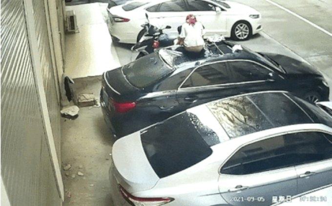 대만에서 한 여성이 발코니에서 남자친구와 성관계를 시도하다 추락하는 사고가 발생했다./사진=웨이보 갈무리