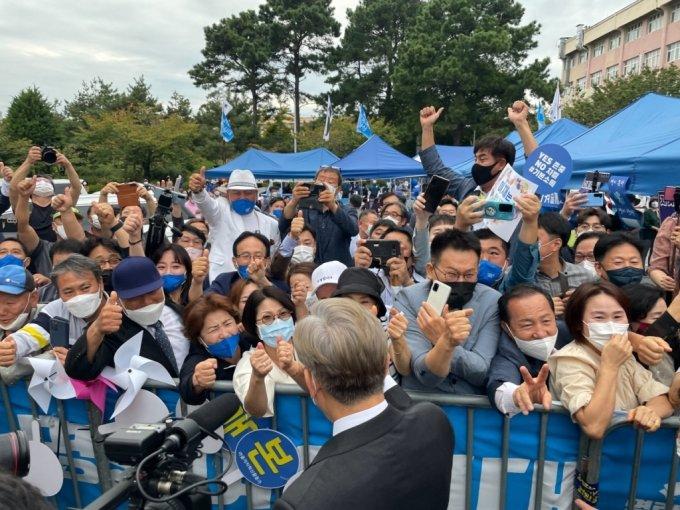 지지자들과 인사 나누는 이재명 경기지사/사진=이정현 기자