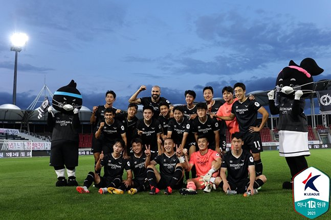 26일 탄천종합운동장에서 열린 강원FC전에서 2-0 완승을 거둔 뒤 단체사진을 촬영하고 있는 성남FC 선수들. /사진=한국프로축구연맹