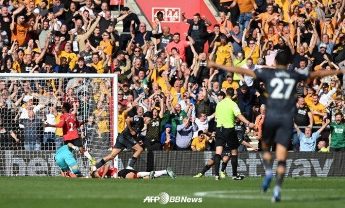 선제골을 넣은 울버햄튼의 라울 히메네즈(왼쪽에서 두 번째)가 울버햄튼 팬들 앞에서 세리머니를 펼치고 있다. /AFPBBNews=뉴스1