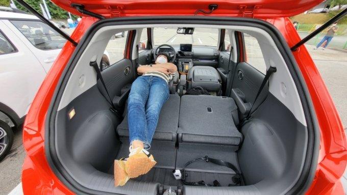 현대차 캐스퍼 1.0 터보 인스퍼레이션 트림에 신장 187㎝인 기자가 누워있는 모습/사진=이강준 기자