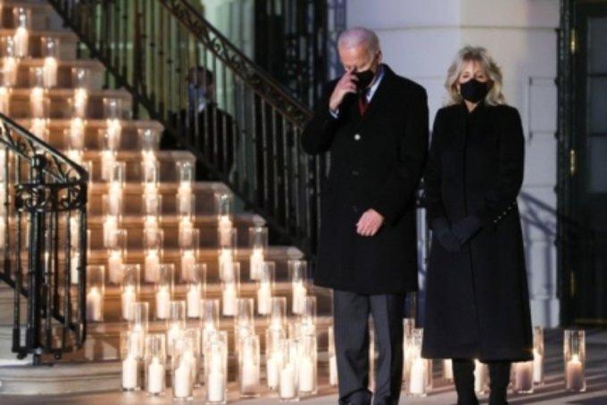조 바이든 미국 대통령과 부인 질 바이든 여사가 코로나19 사망자 추모행사에서 묵념하고 있다./사진=로이터