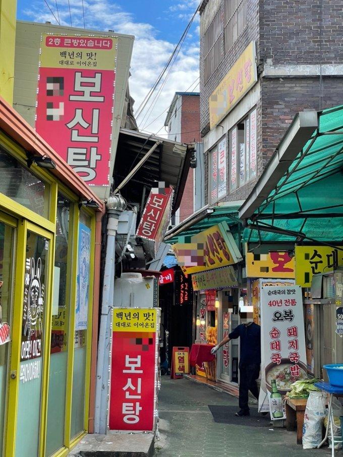 28일 오전 10시 50분쯤 서울 종로구 신진시장의 골목에 개고기로 만든 보신탕을 판매하는 식당이 늘어서 있다. /사진=성시호 기자