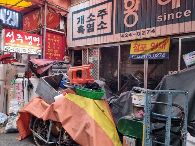대구 칠성개시장에 위치한 문 닫은 개소주집에 점포 임대 문의가 걸려 있다 /사진=김지현 기자